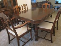 Oak dining room table & chairs in Algonquin, Illinois