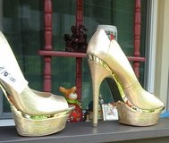 Woman Shoes size  7-1/2  Gold in Dickson, Tennessee