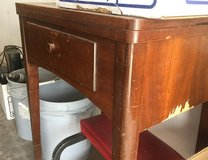 antique singer sewing machine and cabinet (Pending Pick up) in Alamogordo, New Mexico