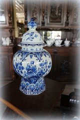 Delft's vase with a lid in Stuttgart, GE