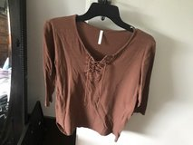 Brown T Shirt in Wiesbaden, GE