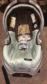 Graco SnugRide Classic Connect car seat with Base in Little Rock, Arkansas