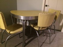 vintage table and chairs in Glendale Heights, Illinois