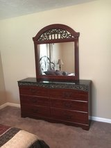 Bedroom set - 5 pieces in Fort Polk, Louisiana