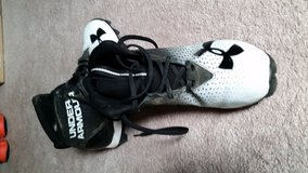 Under Armour Football Cleats Y6.5 in Glendale Heights, Illinois