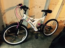female Bike brand new only used once - 4 weeks old in Fort Campbell, Kentucky