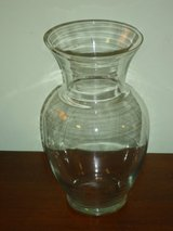 "11"" clear glass vase in St. Charles, Illinois"