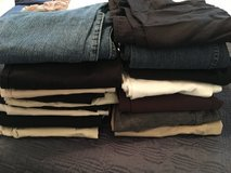 16 maternity bottoms (mostly small) in Warner Robins, Georgia