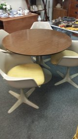 Retro round table and 4 chairs in Bartlett, Illinois
