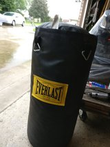 everlast puncing bag and 2 sets gloves new in Joliet, Illinois