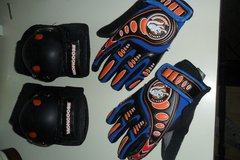 Mongoose gloves and pads in Clarksville, Tennessee