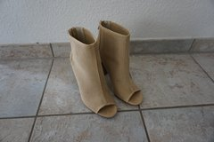7 1/2 size light brown faux suede high heeled booties in Baumholder, GE