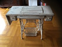 Antique Shabby Chic Sewing Table with machine in Mannheim, GE