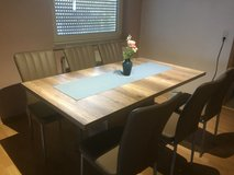 Like new table and chairs in Los Angeles, California