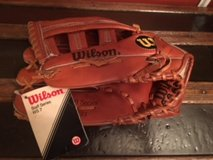 WILSON adult baseball glove/RIGHT in Fort Campbell, Kentucky