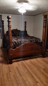Queen bed room set in Murfreesboro, Tennessee
