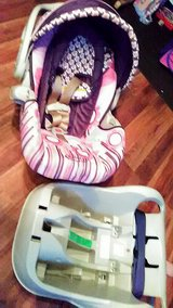 Pretty Girls Carrier Carseat for Infant w Base by Graco in like new condition!! in Fort Campbell, Kentucky