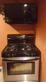 Gas stove and microwave in Wheaton, Illinois