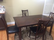 Beautiful Kitchen table and 4 chairs in Wheaton, Illinois