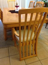Dining table w chairs in 29 Palms, California
