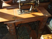 VINTAGE SINGER SEWING MACHINE W/DESK in Warner Robins, Georgia
