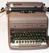 Vintage Royal Manual Typewriter - Not Working - Photo Prop, Decor or Collector's Piece in Clarksville, Tennessee
