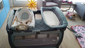 Graco Pack 'n Play Playwith Cuddle Cove Rocking Seat in Stuttgart, GE