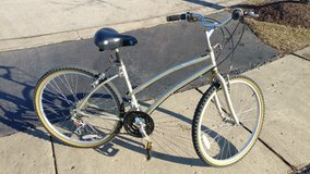 women's bicycle in good condition in Glendale Heights, Illinois