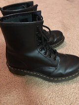 WOMENS DOC MARTENS SIZE 9 in Tinley Park, Illinois