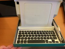 Ipad 2 case + keyboard in Westmont, Illinois
