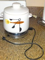 WEST BEND STONEWARE BEAN POT / PATIO SERVER, WITH LID & ELECTRIC HEAT-RITE BASE in Camp Lejeune, North Carolina