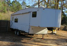 25 ft self contained 5th wheel trailer in Fort Polk, Louisiana