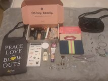 Makeup/Accessories lot in Fort Campbell, Kentucky