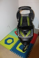 Baby Trend stroller and Car seat Set in Joliet, Illinois