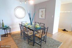 Dining room table & chairs in Quantico, Virginia