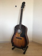 Acoustic guitar w. stand and carrying case in Stuttgart, GE