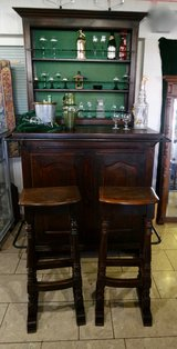 solid oak bar with 2 stools and shelves in the back in Baumholder, GE