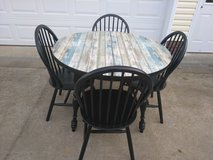 Cute Round Table w 4 Chairs in Fort Campbell, Kentucky