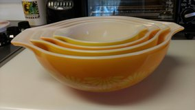 Sunflower pyrex nesting bowls (4) in Perry, Georgia