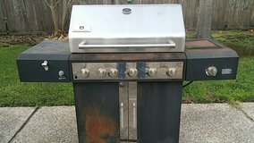 4 Burner Gas Grill w\Stainless Lid - REDUCED in Kingwood, Texas