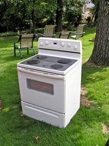 Range Stove Electric-White glass top Excellent Condition Guaranteed in Warner Robins, Georgia