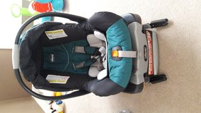 Chicco KeyFit 30 Infant Car Seat + 2 base in Glendale Heights, Illinois