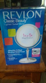 NIB Revlon Classic Beauty Lighted Swivel Mirrer in Fort Knox, Kentucky
