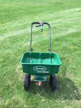 Scotts fertilizer lawn spreaders in Naperville, Illinois