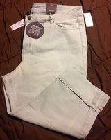 New Avenue 24 light wash Capri length denim pants in Fort Riley, Kansas