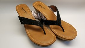 women's Arizona slippers (Size 8) in Okinawa, Japan