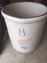 Redwing 8 ceramic pot in Glendale Heights, Illinois