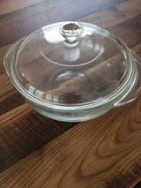 Pyrex round baking dish with lid in Wiesbaden, GE