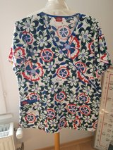Scrubs red white and blue flowers top medium in Wiesbaden, GE