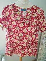 Red scrubs top with yello daisy medium in Wiesbaden, GE